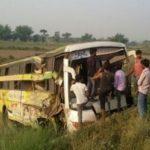 नेपाल बुटवल से मुंबई जा रही बस शाहजहांपुर-लखीमपुर की सीमा पर पलटी,10 जख्मी