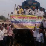 सिद्धार्थनगर:नौगढ़ में राष्ट्रीय स्वरोजगार महासंघ ने हमसफर रोका,हंगामा