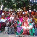 रसोईया कल्याण समिति की महिलाओं ने बेलन के साथ किया प्रदर्शन दिया धरना
