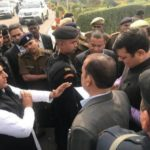 एयरपोर्ट पर अखिलेश को रोकने पर सियासत गर्म, रामगोपाल ने कहा-आपातकाल जैसे हालात